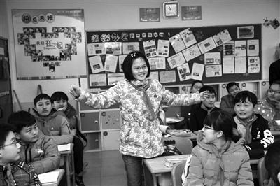 一位女生用肢体语言与同学交流 摄影 葛亚琪